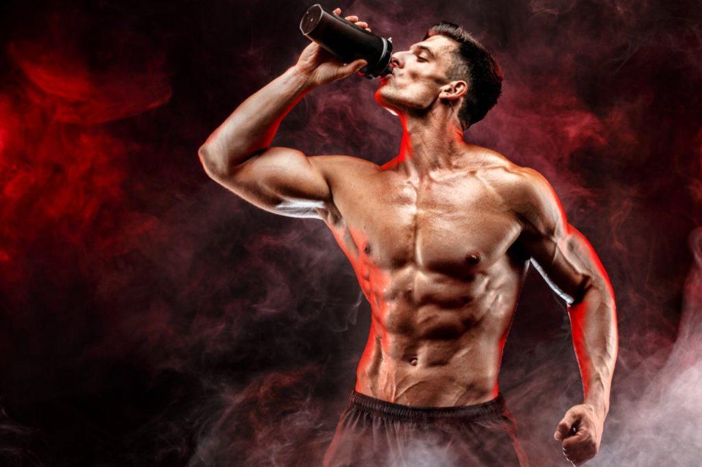 svalnatý muž pije bcaa aminokyseliny