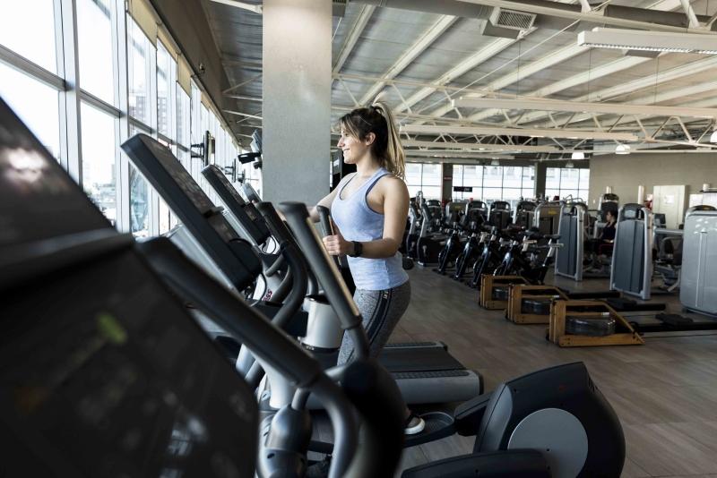 eliptický trenažér žena fitness centrum