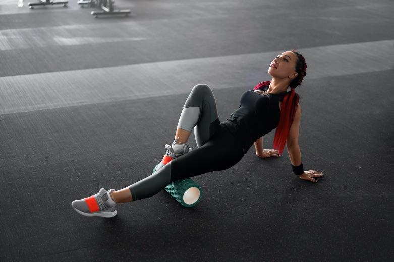 žena, ktorá cvičí na masážnom valci