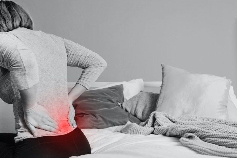 žena s bolesťami v chrbte