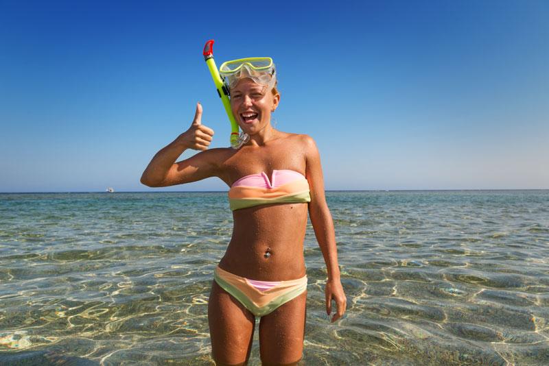 dievča v mori s potápačskými okuliarmi