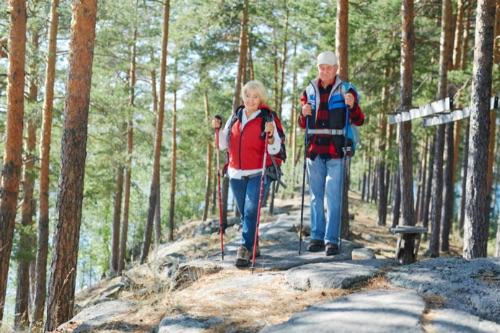 starší ľudia v lese