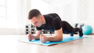 muž cvičiaci plank