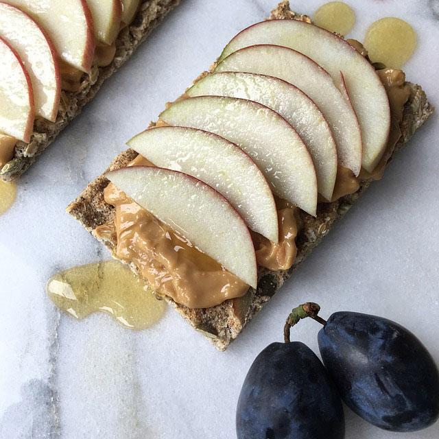 toast s jablkami a arašidoým maslom