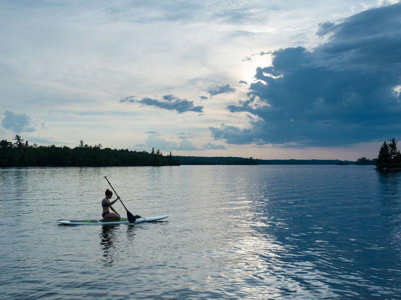 paddleboardovanie na kľudnom jazere