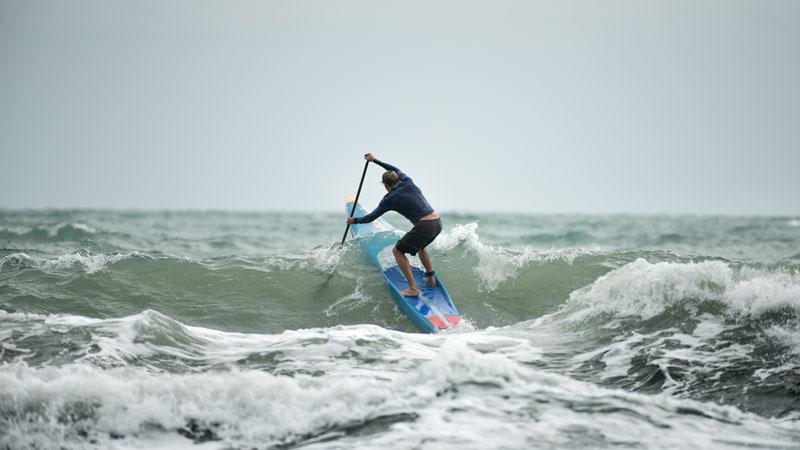 paddleboard na vlnách