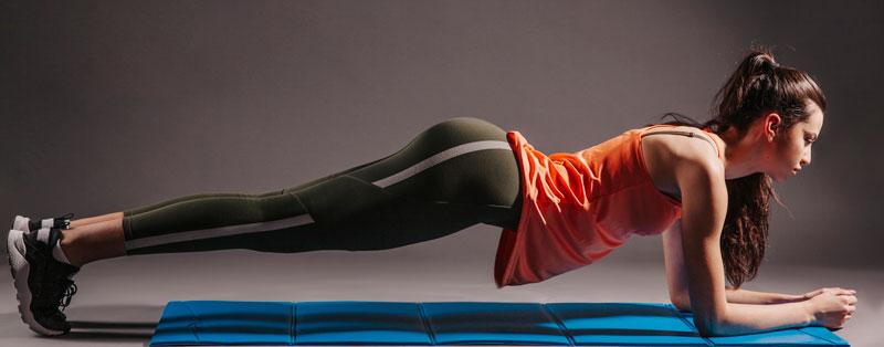 žena cvičiaca plank
