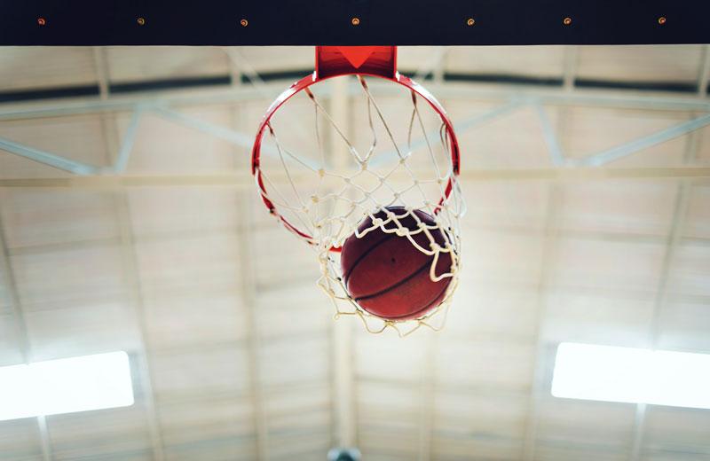 lopta v basketbalovom koši