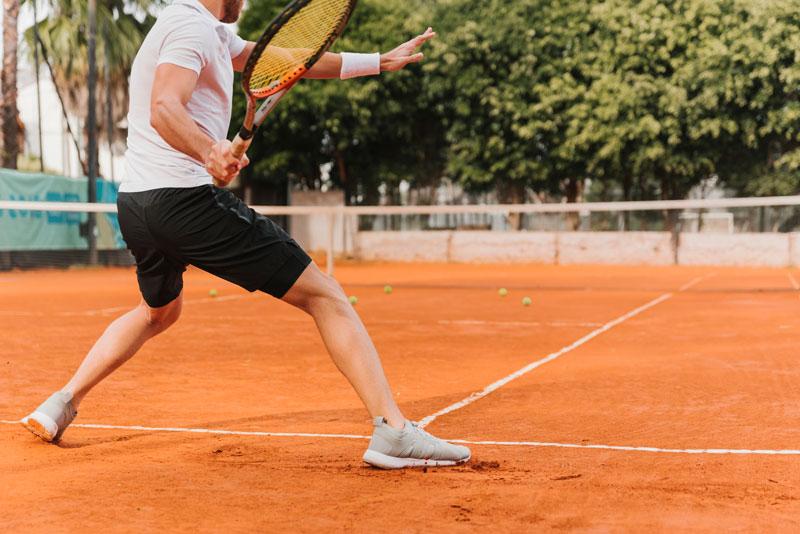 tenisový lakeť