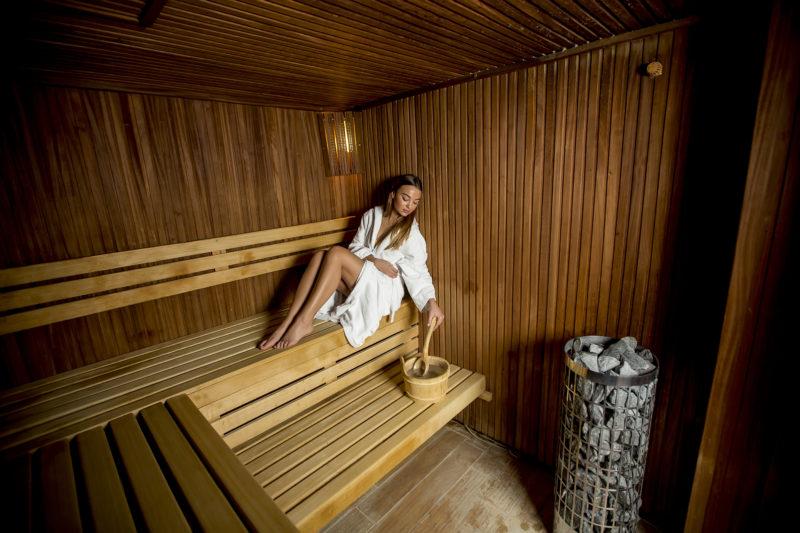 mladá žena v saune