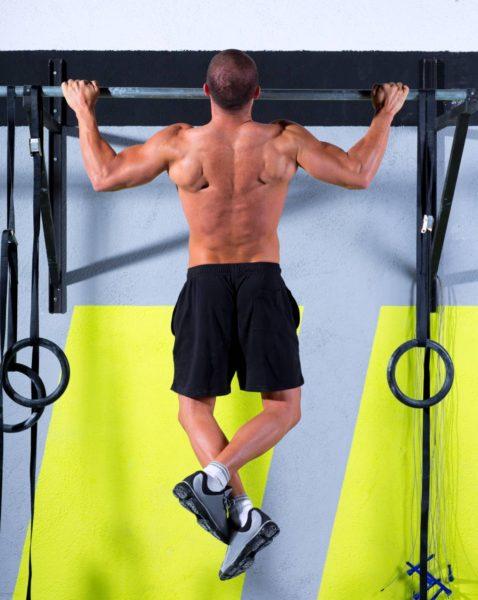 Muž cvičiaci zhyb nadhmatom