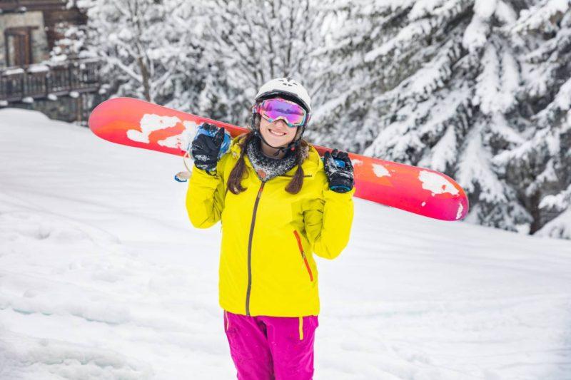 zena snowboard usmev