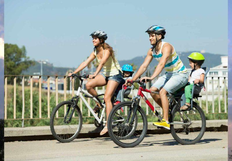 Obrazok rodiny na bicykli s prilbou na bicykel