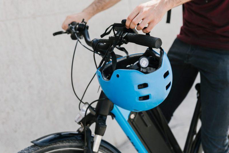 Prilba na bicykel na bicykli