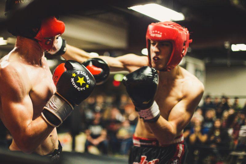 chránič na zuby pri boxerskom zápase