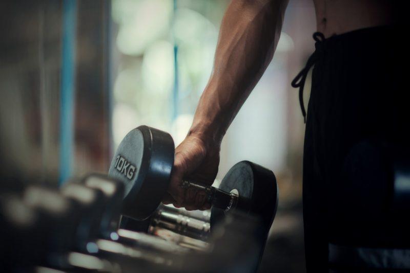 silovy trening ramena biceps triceps