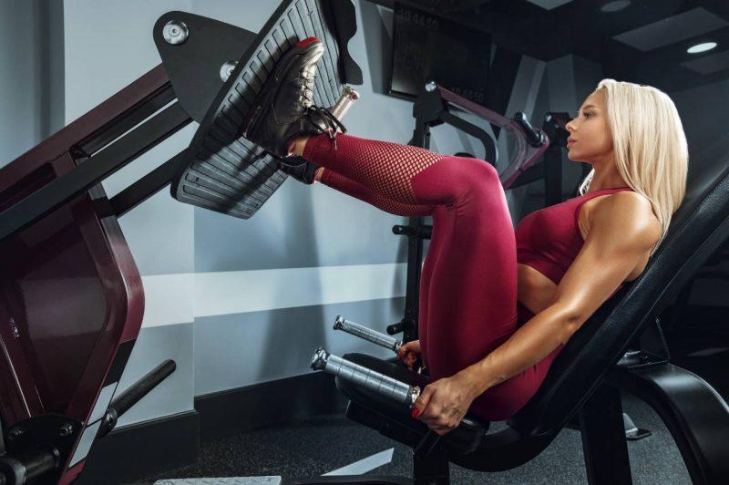 žena cvičí legpress