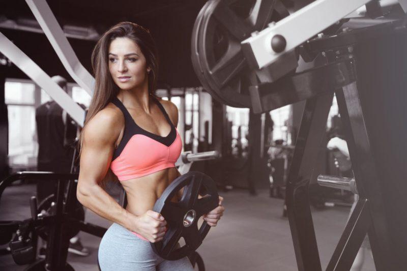 sexi zena fitnesska silovy trening chudnutie