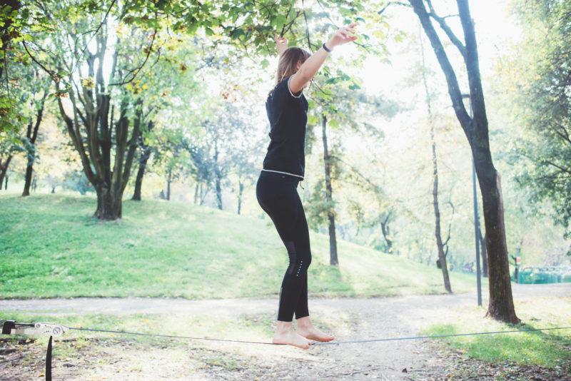 žena balancujúca na lane