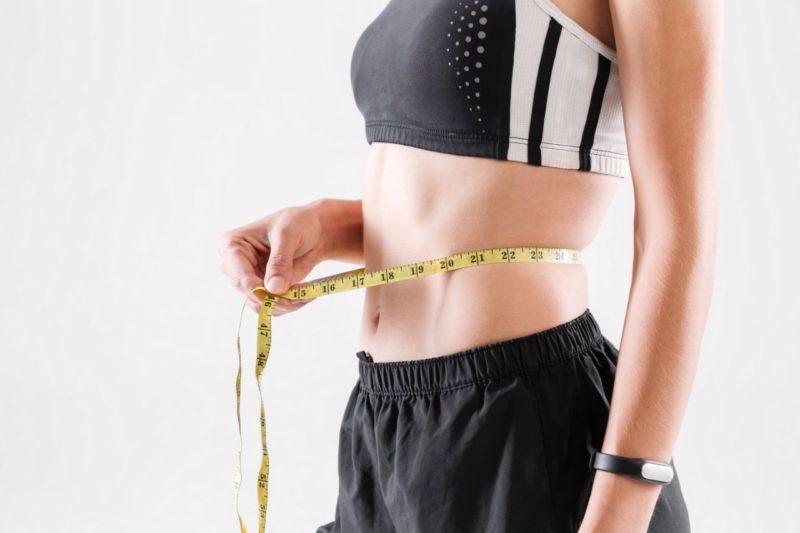 žena merajuca obvod pása chudnutie s cla