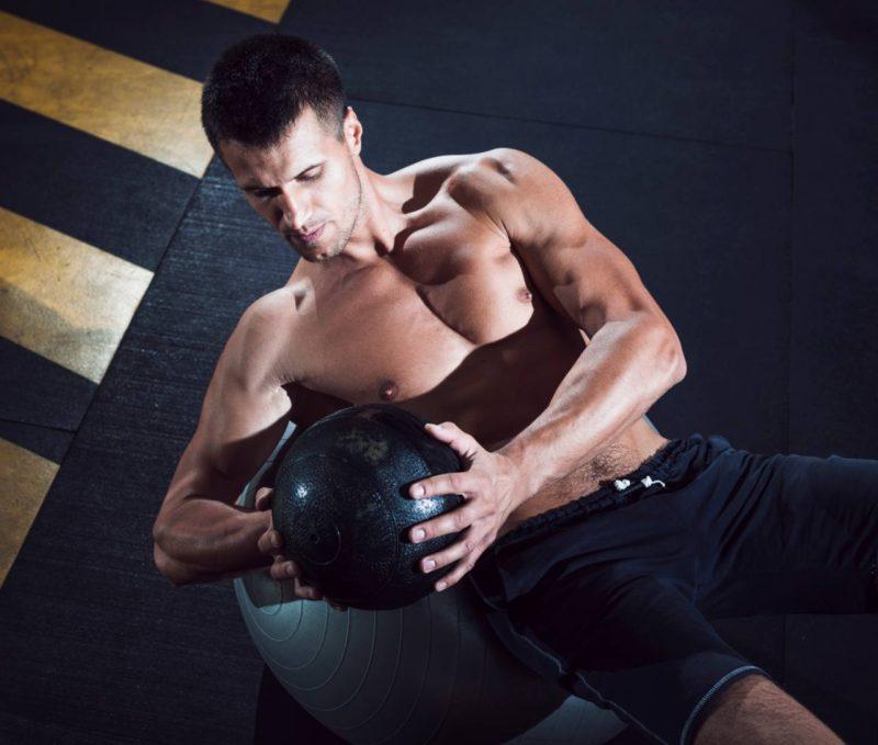 zma muž cviči sikme brusne svaly
