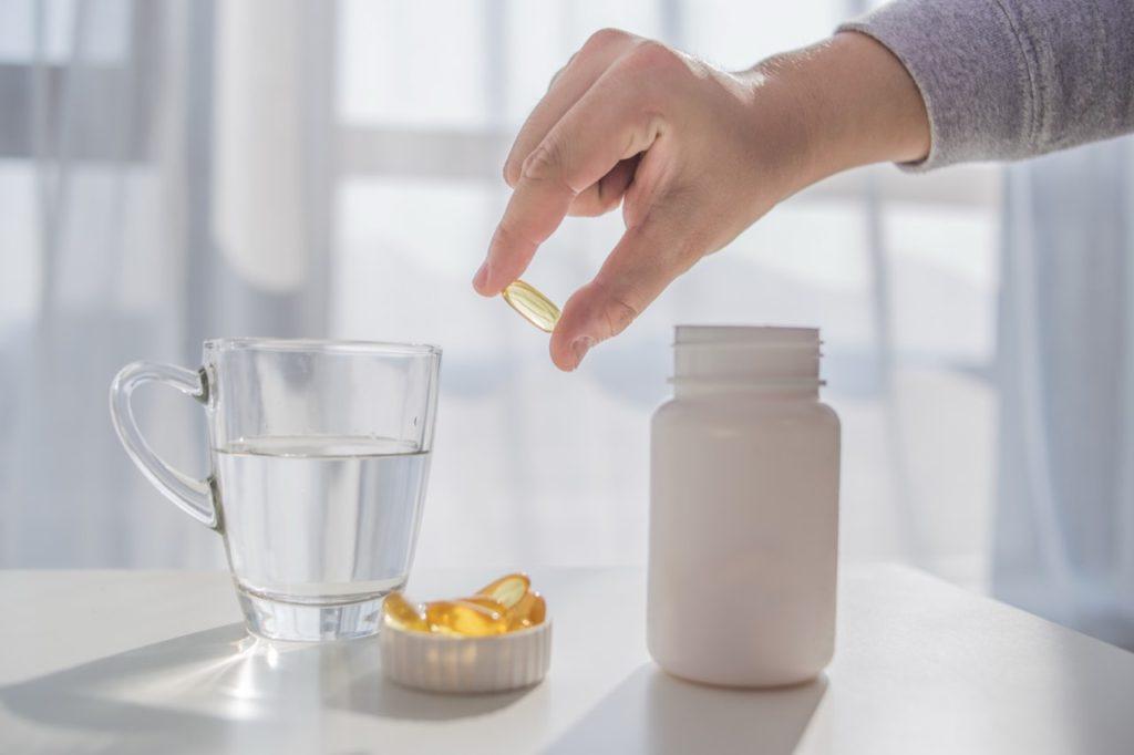 vitamíny v ruke