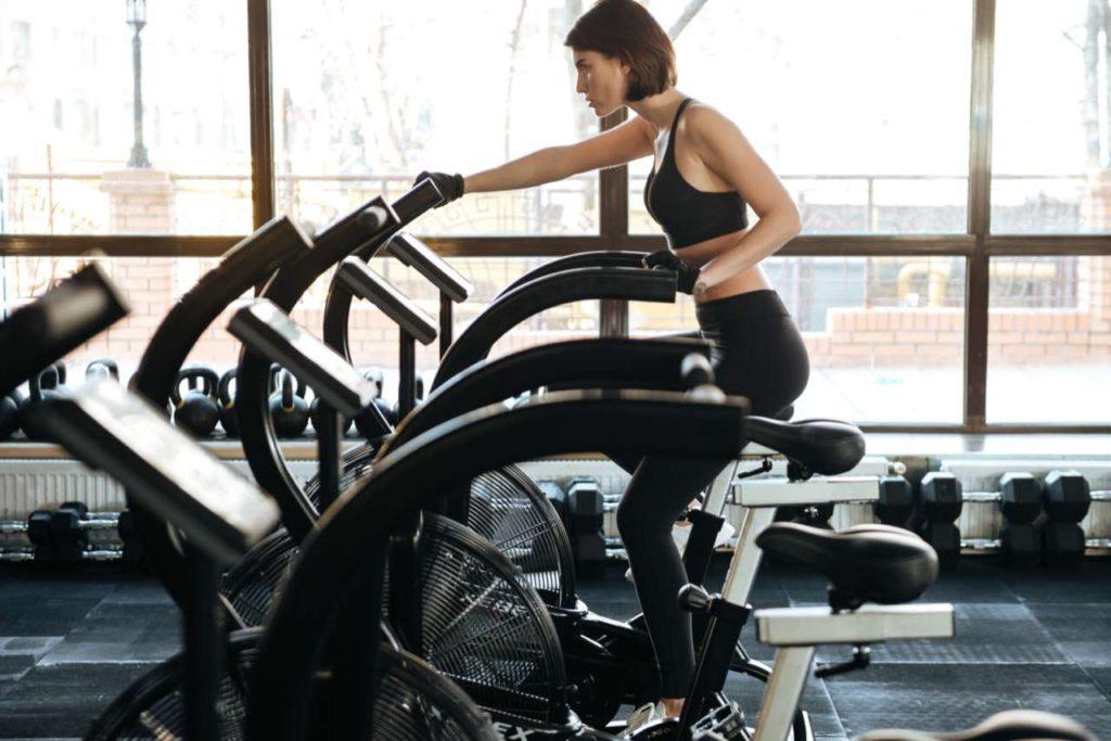 žena na airbike