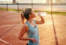žena športuje v teple pije