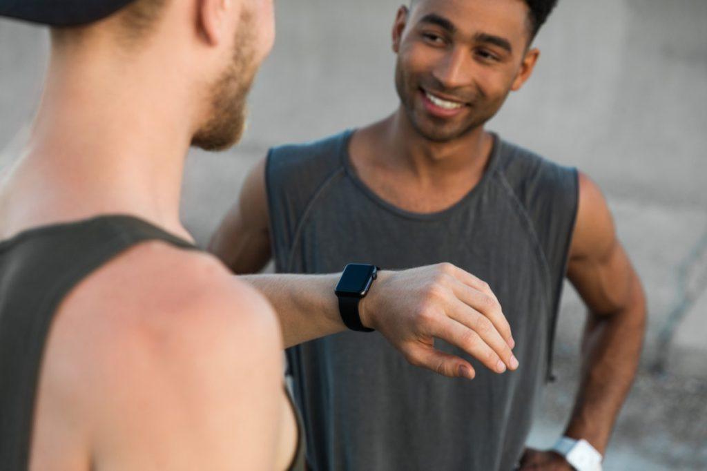 dvaja muži s hodinkami