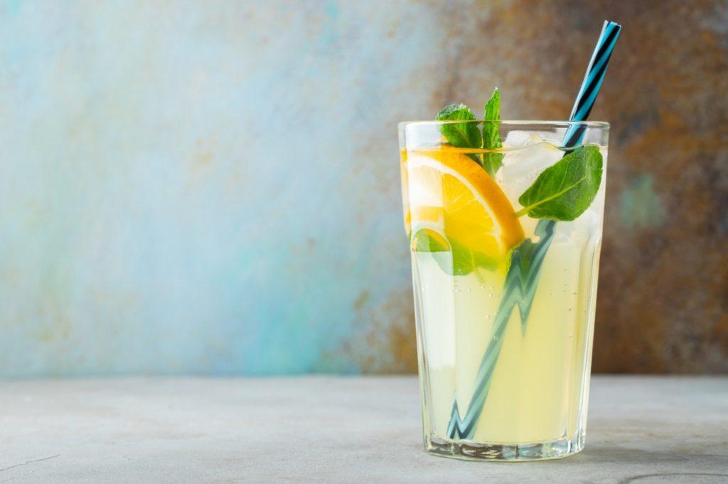 iontový nápoj pomarančový džús minerálka elektrolyty