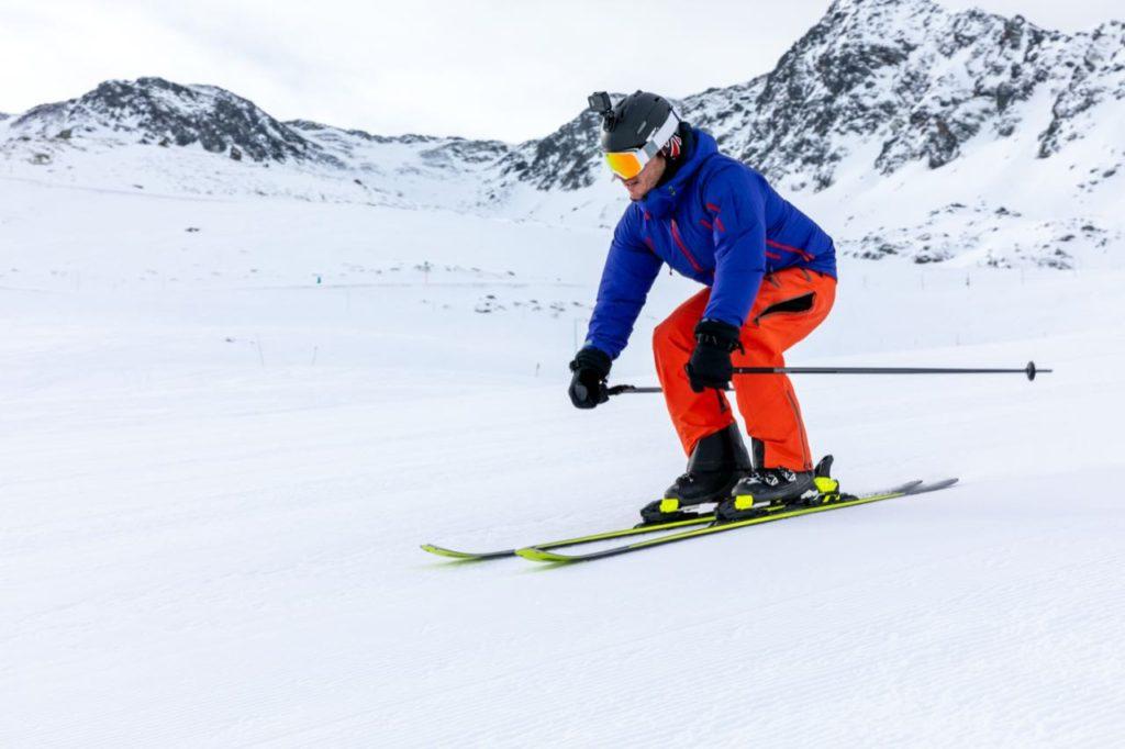 muž, ktorý lyžuje