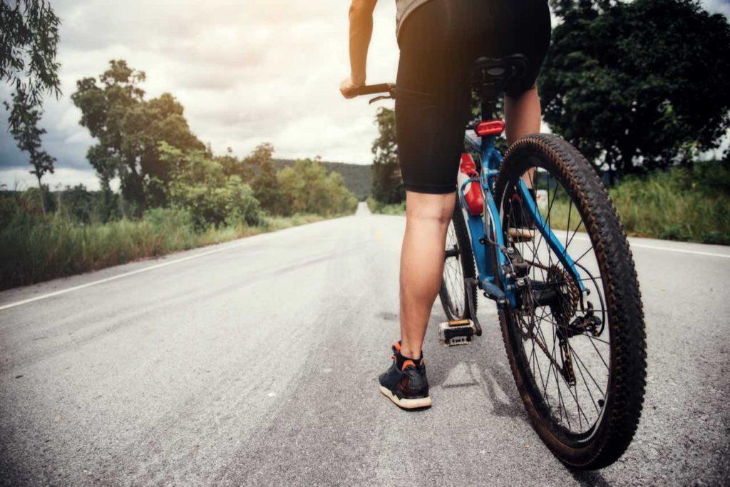 muž na bicykli