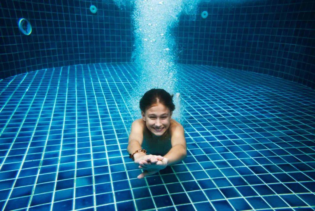 plávanie pod vodou v bazéne