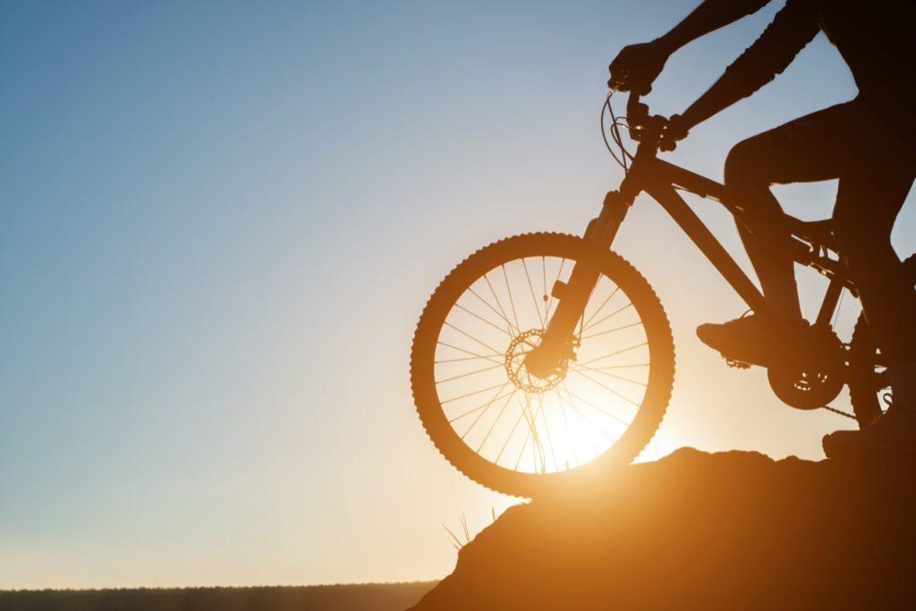 západ slnka a bicykel