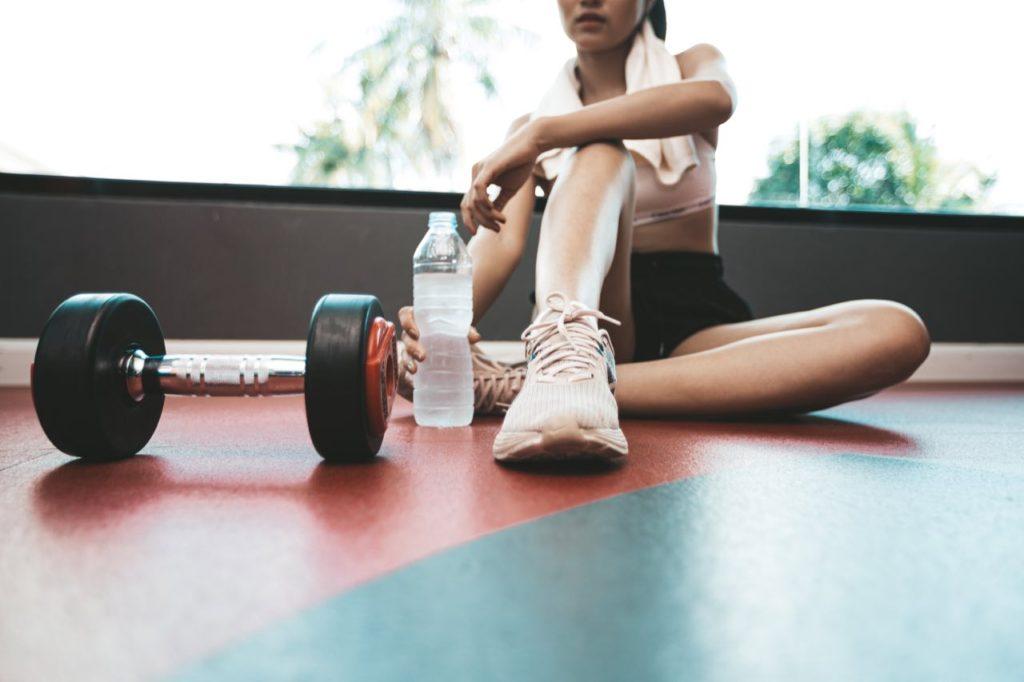 žena ktorá cvičí s činkou