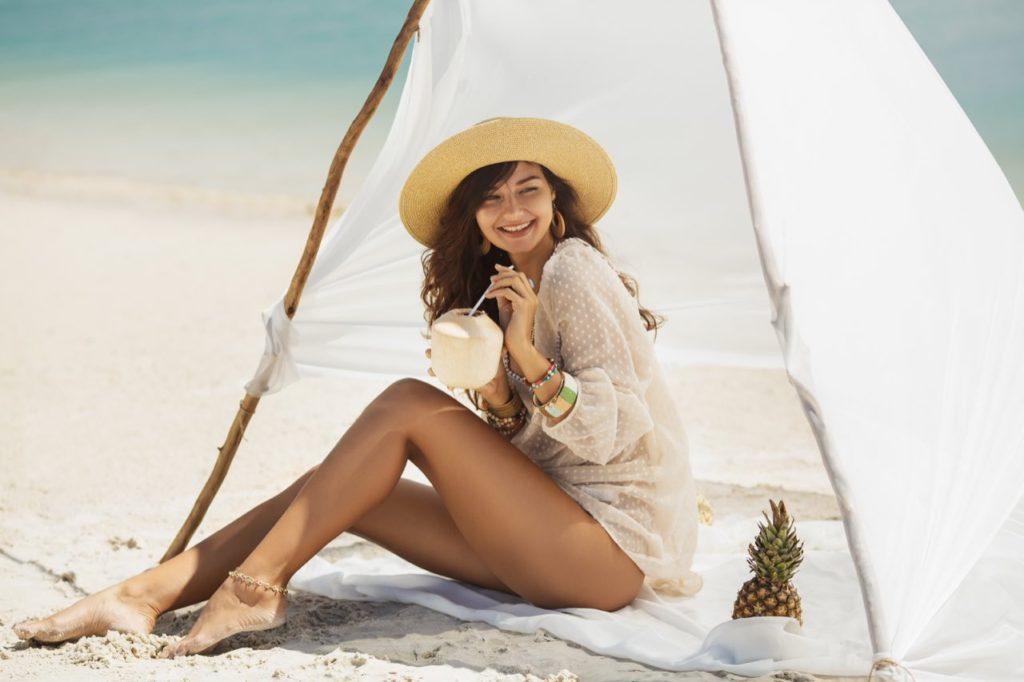 žena v bielom plážovom stane