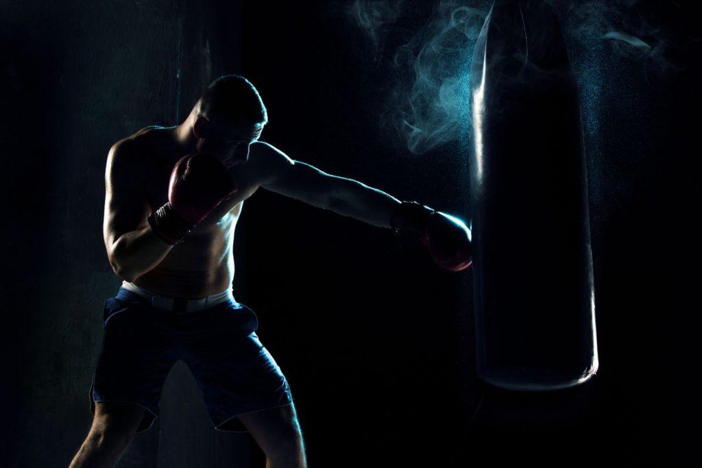 muž boxujúci do vreca