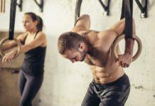 muž a žena na gymnastických kruhoch