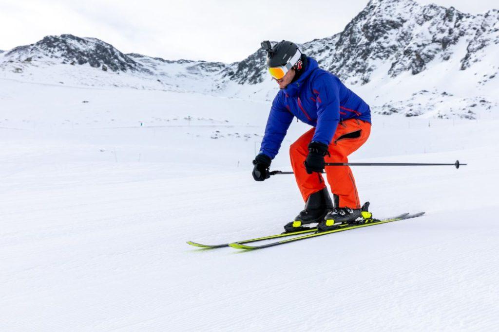 muž na lyžiach