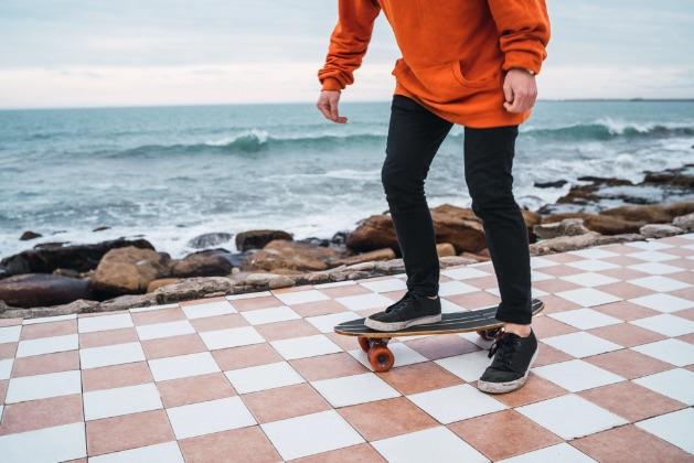 muž na skateboarde