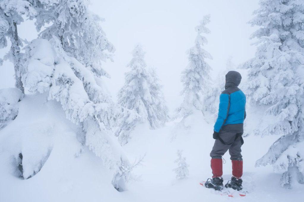 muž v snežniciach