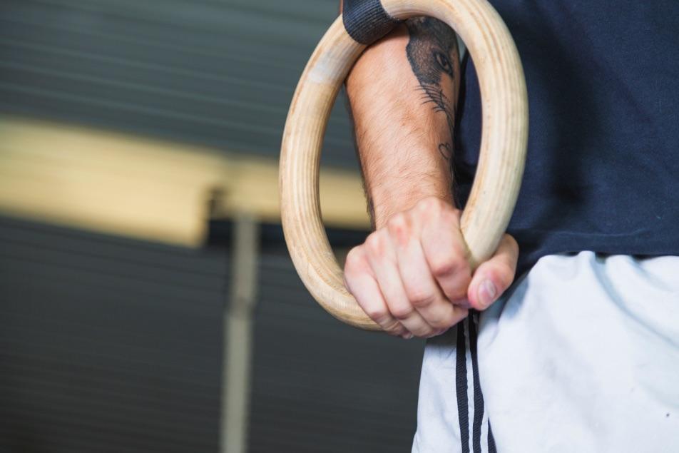 ruka na gymnastických kruhoch