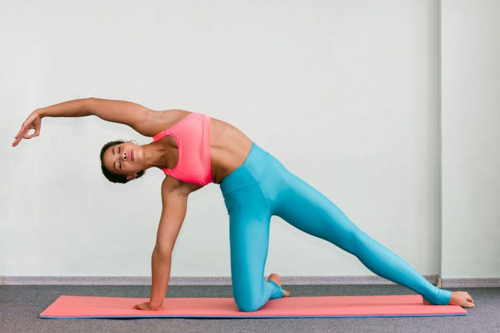 žena na jogamatke