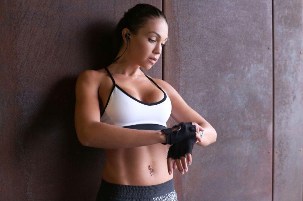 biela športová podprsenka na žene