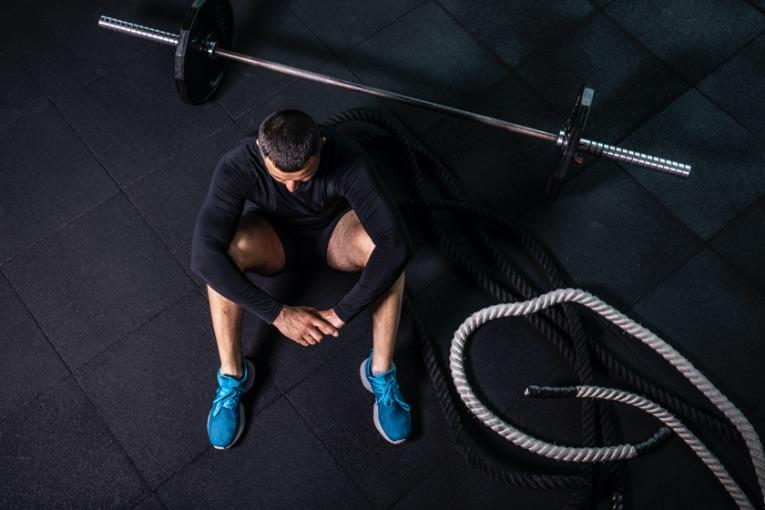 muž, ktorý cvičí