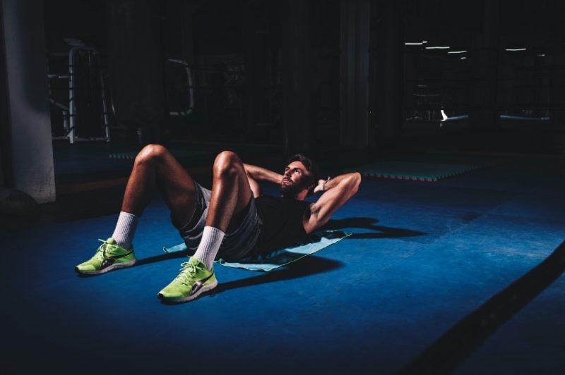 muž, ktorý cvičí vo fitness centre