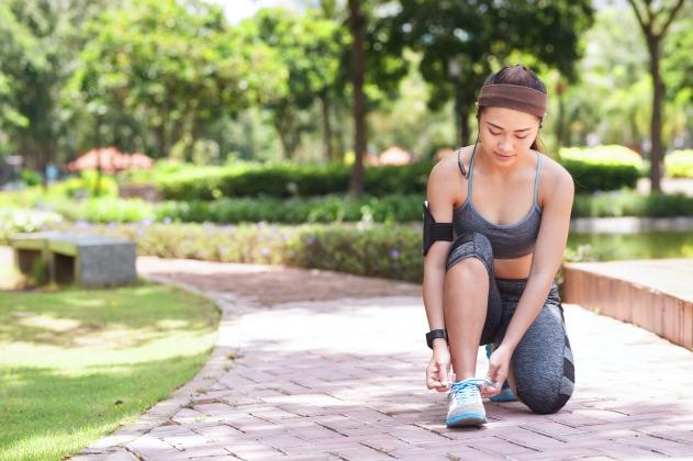 žena, ktorá cvičí s fitness náramkom