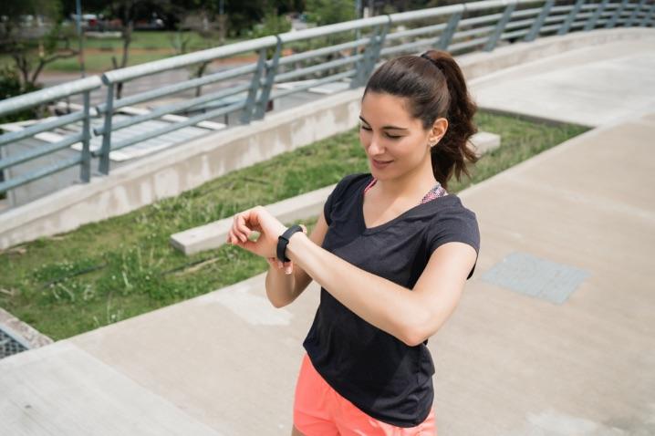žena s hodinkami, ktorá cvičí