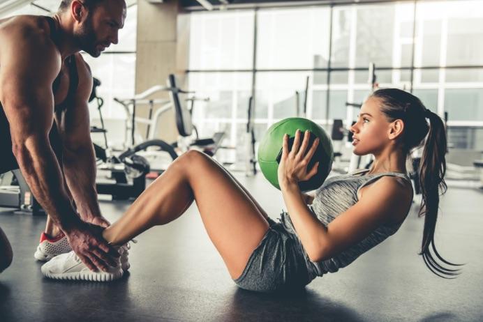žena a muž ktorí cvičia