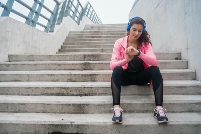 žena sediaca na schodoch